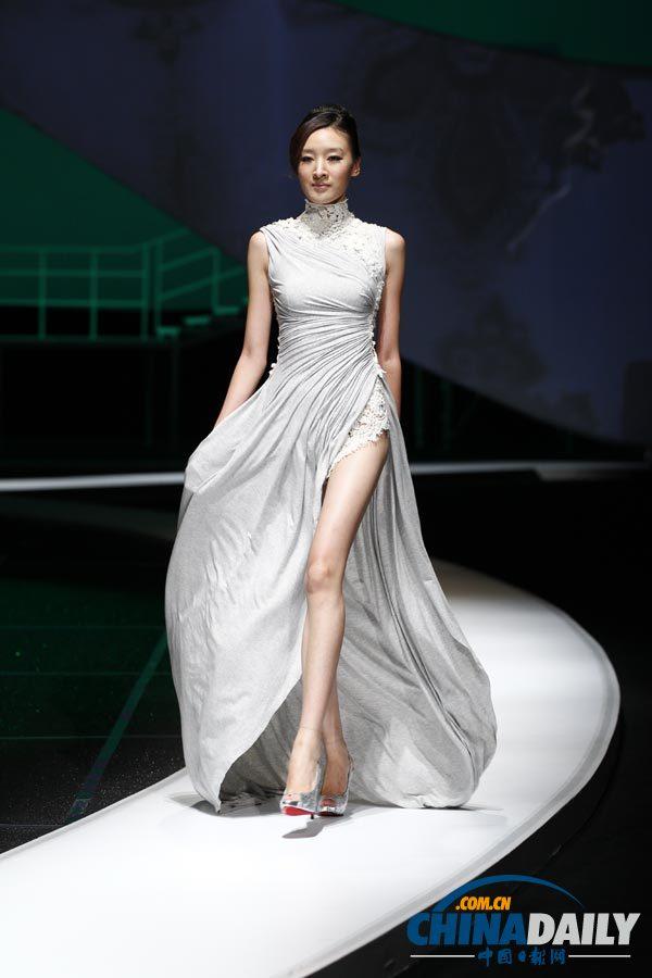 2011年10月24日,爱慕2012春夏发布会在北京国家会议中心举行。此次爱慕2012春夏发布会由四个系列组成,以古典美为主线,展现古今审美的结合。东方的古典美温柔清丽、庄重含蓄,如中国的水墨绘画艺术,行云流水般自由自在,清冽的空气般清新宜人;又如源于江南的昆曲艺术,细腻优雅、流丽悠远,自古就是文人雅趣的典范。而西方的古典艺术,如浪漫含蓄的古希腊文化,追求庄严、和谐、精致而爽朗;如欧式宫廷的巴洛克艺术,打破理性的宁静,激情而富有动感,自由奔放而又纤细、轻巧、华丽。