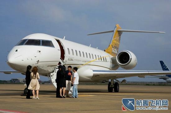 导语:曾经,一起打高尔夫是商业社交的重要方式;曾经,拥有跑车、游艇是富豪的标志;也许,很快这些将成为过去时,拥有自己的私人飞机将成为顶尖富豪的最新标签。 怕堵车?买飞机吧!一些飞机厂商向企业富豪们喊出了这样的煽情口号,这听上去似乎是痴人说梦。但是随着国家低空空域开放的政策出台,拥有自己的私人飞机也许将真的成为现实。中国用了20年的时间由自行车时代发展到汽车时代,而未来5年至10年内,中国将迎来私人飞机时代。 来自辽宁鞍山的企业家陈少昌迷恋飞行已有5年了,从三角翼动力伞,到非自动力飞行器,直到拿到飞行驾照,