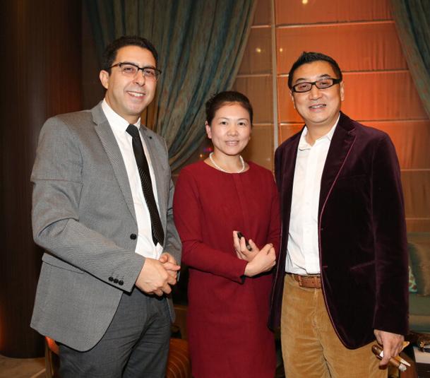 先生(左一)与中国企业家飞行俱乐部