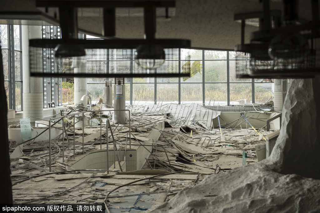 当地时间2016年11月2日讯,日本福岛,波兰摄影师Arkadiusz Podniesinski再次踏上了福岛的土地,这是核灾难事故发生后的第五年,他记录下了那些被人遗忘的城市角落。图为富冈町无人区,消防员展示一个月的工作计划。