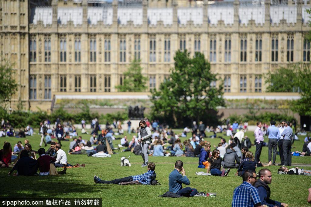 夏初季节 伦敦民众扎堆聚集公园草地享受日光浴