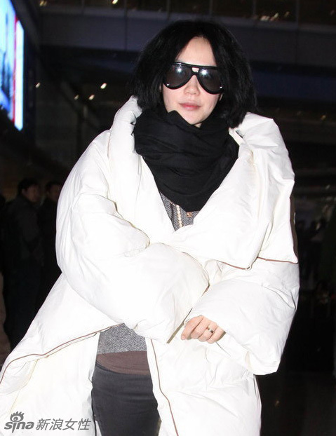 王菲机场现身 MMM×HM棉被羽绒服裹身超保