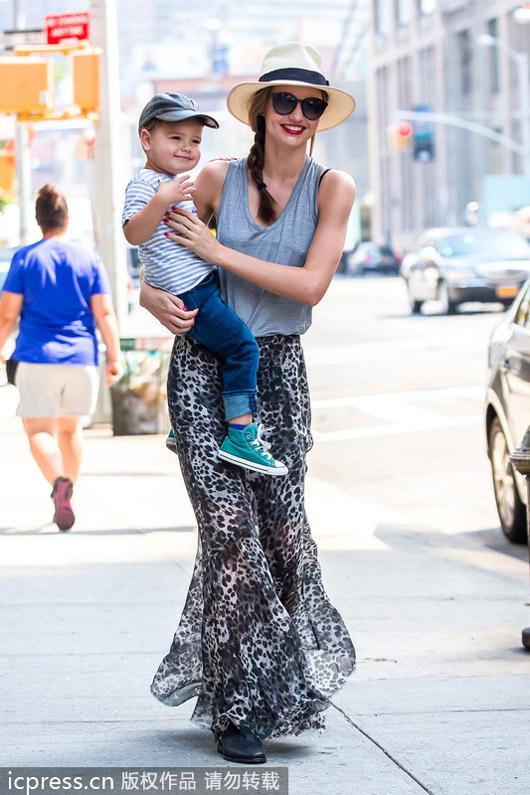 米兰达-可儿带儿子出街长裙飘逸图片