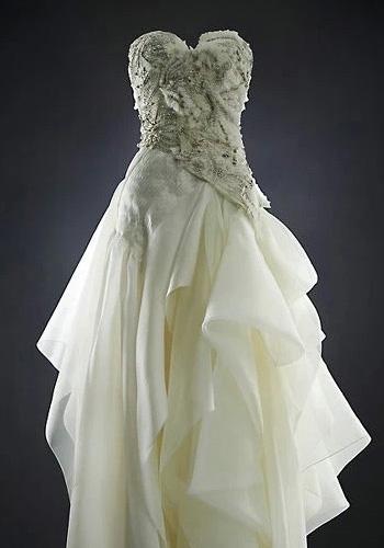 关键字:多层次、荷叶边-何洁鱼尾婚纱曝其短 微胖界不能选的婚纱