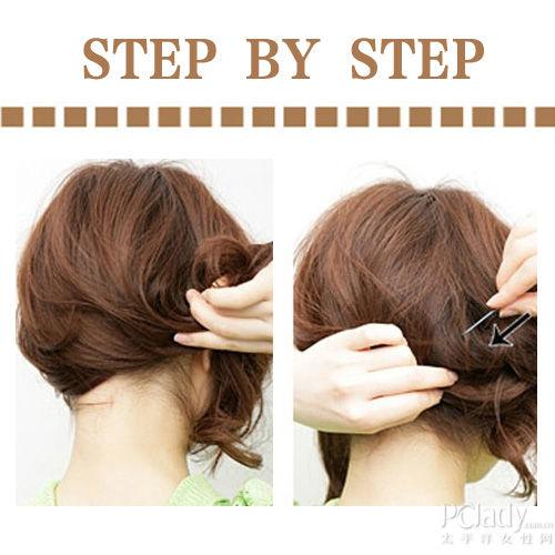编发步骤: step1:将脑后的短发轻轻别至一旁,然后逆时针扭转.