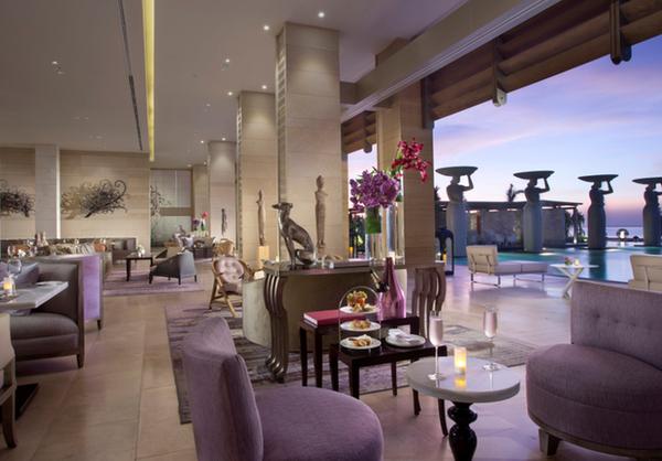 穆丽雅酒店共拥有111间套房,每一间套房均为精致、奢华的设计之作,其中最小的套房面积为105平方米,最大的套房拥有296平方米。酒店拥有多种房型以供宾客选择,包括:单卧室套房:特别划分的生活区域、宽阔的露台和通向露天的巨大玻璃落地窗营造了一个休闲舒适的室内外环境;带独立起居室的单卧室套房:以精挑细选的室内装潢、豪华舒适的睡床、精美的艺术品和卓越的娱乐系统布置而成的品味之作;以及双卧室套房:拥有两间精雕细琢的大面积卧室、奢华的起居室和配备了高科技娱乐系统的餐饮区域。所有酒店套房的露台上均配有按摩浴缸。