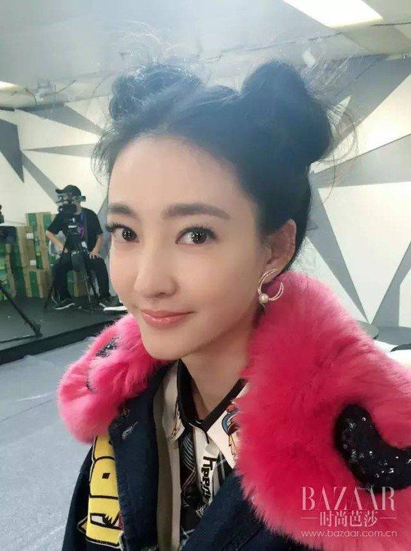 素颜女神王丽坤在最新一期的《我的新衣》用双丸子头
